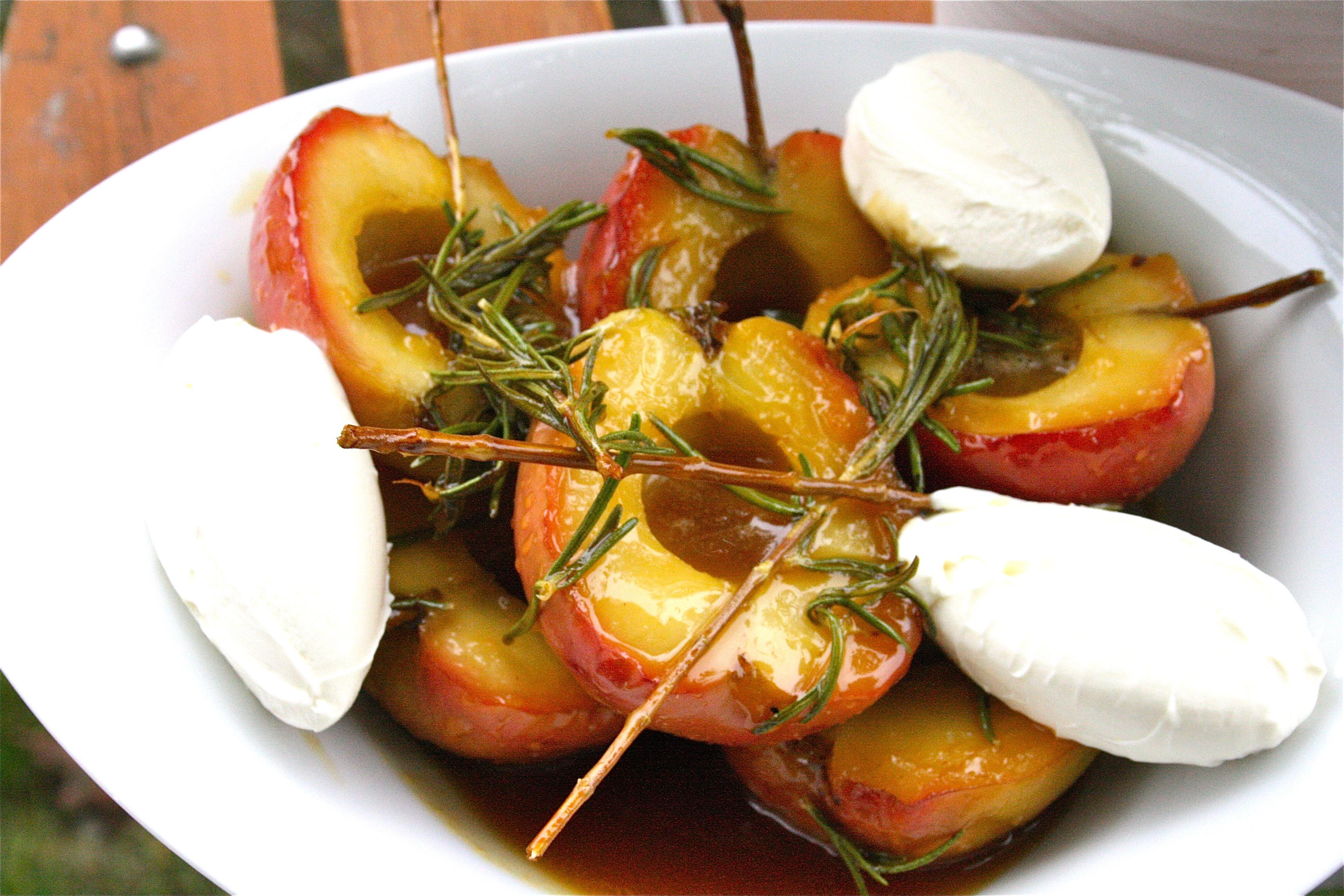 Äpple i kola och rosmarin med färskost