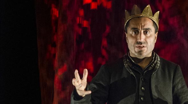 Özz Nûjen är RIKARD III Fritt efter William Shakespeare Riksteatern 2016 Regi: Björn Granath Scenografi/kostym: Ann-Margaret Fyregård